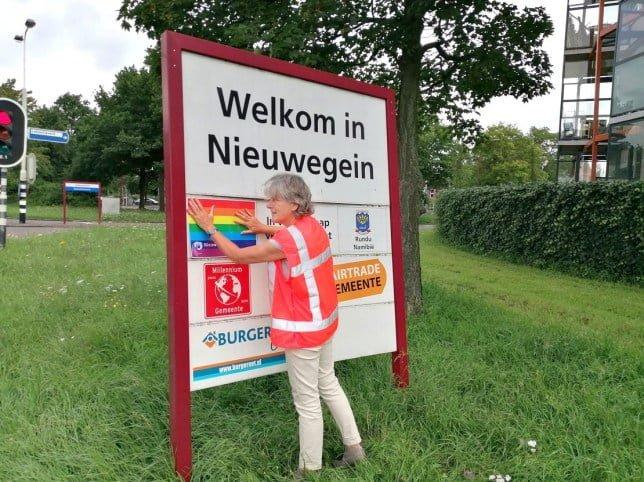 Nieuwegein alderman Marieke Schouten replaces Pulawy's name with a rainbow flag (Picture: Municipality of Nieuwegein)