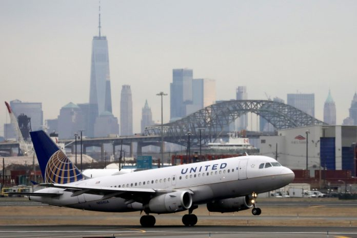 United Airlines scraps ticket-change fees for domestic flights