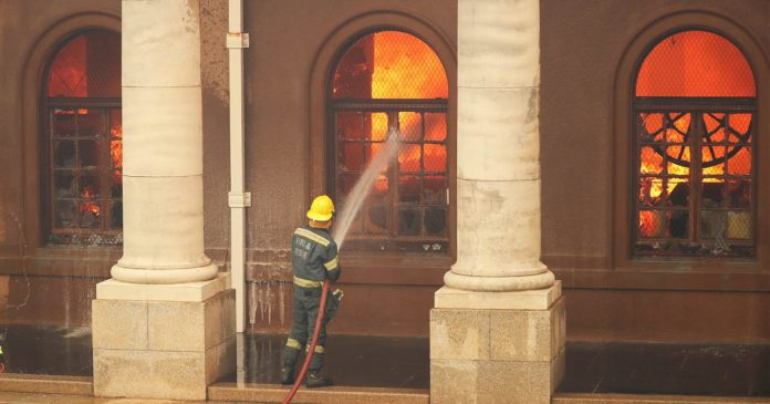 Table Mountain wildfire in South Africa threatens University of Cape Town